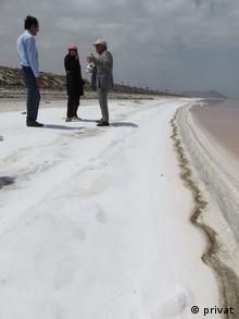 دکتر بیژن کوشان و همکاران کنار دریاچه ارومیه