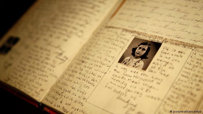 Ане Франк пише почти всеки ден в дневника си. За нея той се превръща в нещо като най-добра приятелка, с която споделя всичко и която галено нарича Кити. Животът в скривалището е съвсем различен от безгрижното детство преди това: Най-хубавото е, че поне мога да записвам онова, което мисля и чувствам. Иначе бих се задушила, пише Ане в дневника си.