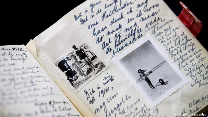 Ein aufgeschlagenes Anne Frank Tagebuch