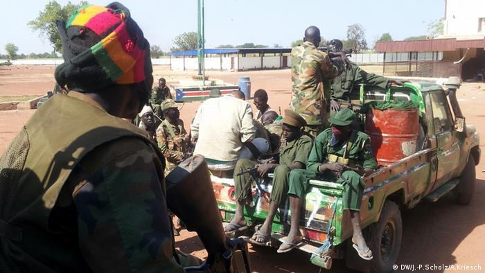 Bildergalerie Südsudan Der jüngste Staat der Welt versinkt im Chaos - SPLA-Kämpfer (Foto: Jan-Philipp Scholz/Adrian Kriesch)
