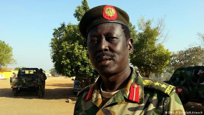 Bildergalerie Südsudan Der jüngste Staat der Welt versinkt im Chaos - Armeesprecher Philipp Aguer (Foto: Jan-Philipp Scholz/Adrian Kriesch)