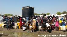 Auf der Flucht Selbst in den Flüchtlingslagern der Vereinten Nationen werden die verschiedenen Volksgruppen meist getrennt untergebracht. Vor allem zwischen den Dinka, der Volksgruppe des Präsidenten, und den Nuer, der auch Rebellenführer Machar angehört, kam es immer wieder zu Zusammenstößen. Nach gezielten Angriffen in der Hauptstadt Juba flohen 20.000 Nuer ins UN- Camp Tonping. Das Lager ist seit Wochen hoffnungslos überfüllt Aufnahmeort Südsudan, Datum: 11.1.2014. Fotografen: Jan-Philipp Scholz/Adrian Kriesch