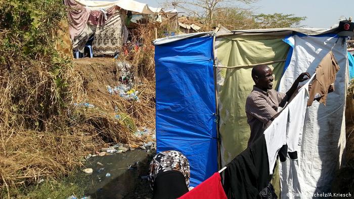 Bildergalerie Südsudan Der jüngste Staat der Welt versinkt im Chaos - Lehrer Isaac Maet im UN-Camp (Foto: Jan-Philipp Scholz/Adrian Kriesch)