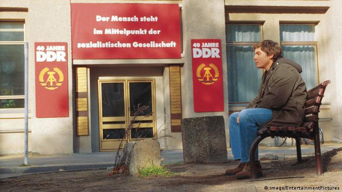 Escena de Good Bye Lenin!: Daniel Brühl frente a afiches de la ex República Democrática Alemana.