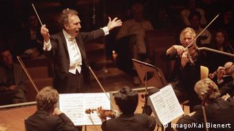 Claudio Abbado, leading the Berlin Philharmonic in 2001, Photo: Imago/Kai Bienert