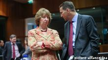 epa04032236 European Union High Representative for foreign affairs, British, Catherine Ashton (L) and Polish Foreign minister Radoslaw Sikorski during a European foreign affairs ministers Council at EU headquarters in Brussels, Belgium, 20 January 2014. The Council focus on the the crisis in Syria, in view of the possible 'Geneva II' peace conference and EU support for the stabilisation of the Central African Republic in the framework of the EU's Common Security and Defence Policy. EPA/OLIVIER HOSLET +++(c) dpa - Bildfunk+++