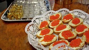 Belegte Brote mit rotem Kaviar und Wodka-Gläser auf der Grünen Woche (Foto: Vitaly Kropman)