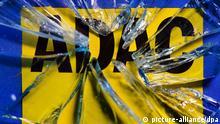 ILLUSTRATION - Hinter geborstenem Glas ist am 21.01.2014 in Dresden (Sachsen) das Logo des ADAC (Allgemeiner Deutscher Automobil-Club e. V.) zu erkennen. Im Skandal um gefälschte Zahlen beim ADAC-Autopreis Gelber Engel hat sich jetzt auch die Münchner Staatsanwaltschaft eingeschaltet. Foto: Arno Burgi/dpa pixel