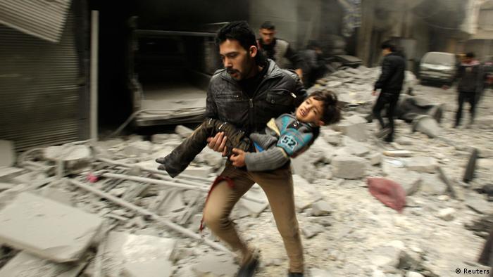 تلاش مردم حلب برای نجات جان خود در پی یکی از حملات هوایی ارتش بشار اسد در سال ۲۰۱۴