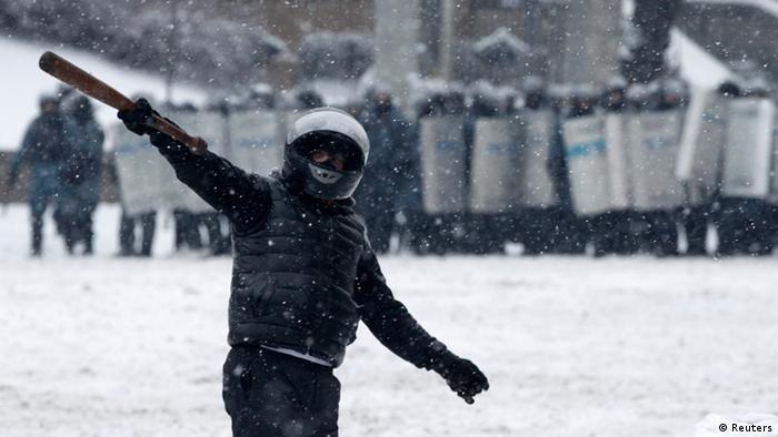 У центрі Києва тривають протистояння мітингувальників і силовиків