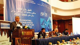 آصف رحیمی وزیر زراعت افغانستان حین سخنرانی در محفل تشویق زراعت افغانستان