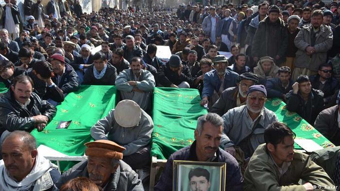 به گفته سایتهای وابسته به سپاه پاسداران، بخش اعظم لشکر زینبیون (برخی آن را تیپ زینبیون مینامند) از آوارگان افغان هستند که در پاکستان زندگی میکنند. این افغانها شامل شیعیان هزاره میشوند که در شرایط بسیار بدی درپاکستان روزگار میگذرانند.