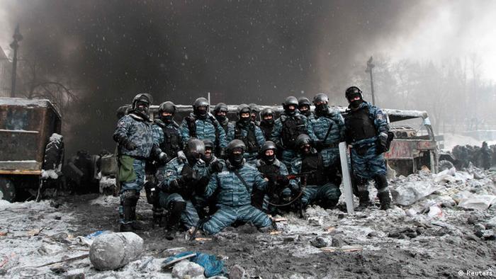 Фото, що облетіло світ: беркутівці позують на тлі барикад 22 січня