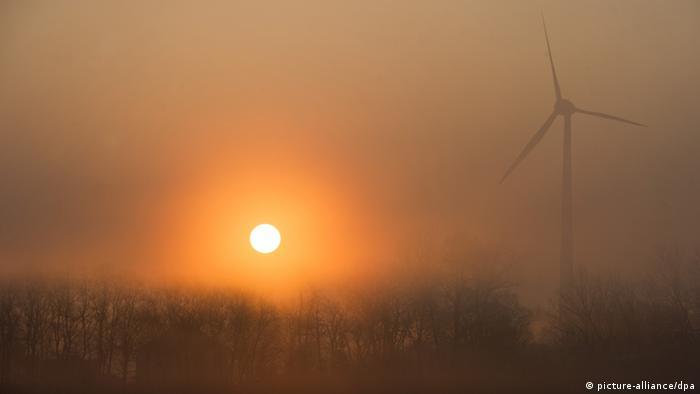 Windenergieanlage im Morgennebel