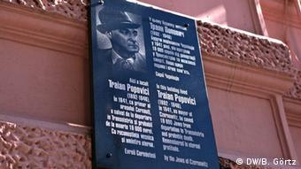 Placa en honor de Popovic.