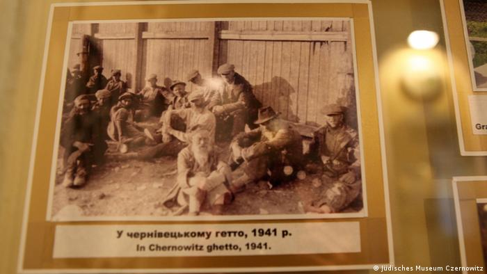 A photo of people in the Czernowitzer Ghetto