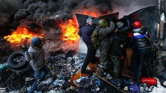 Zapaljene barikade između prosvjednika i policije
