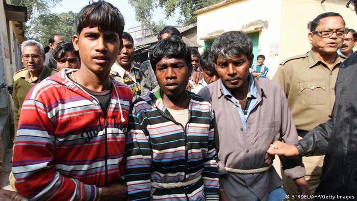 Indien gang rape - Suspects in a gang-rape case are led by police to a district courthouse in Birdhum district near the village of Subalpur, some 240 kilometres (149 miles) west of Kolkata, on January 23, 2014. (Photo: AFP/Getty)