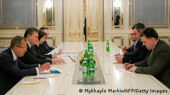 Predstavnici ukrajinske vlade i oporbe za stolom