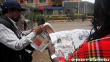 epa03878306 Members of the press read local newspapers headlining the armed attack on the Westgate shopping center, outside the mall in Nairobi, Kenya, 22 September 2013. The number of people killed in an al-Qaeda-linked attack on an upmarket Nairobi shopping mall has risen to 59, the Interior Ministry said. More than 1,000 people were rescued from the mall after militants of the Somali Islamist group al-Shabaab entered the mall on 21 September and opened fire on shoppers, injuring at least 300 people. EPA/DANIEL IRUNGU +++(c) dpa - Bildfunk+++