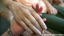ARCHIV - ILLUSTRATION - Die Hand einer kranken Frau wird am 24.08.2009 in Magdeburg von einer Pflegerin gehalten. Die Deutsche Palliativstiftung will mit verstärkter Aufklärung Fälle von aktiver Sterbehilfe verhindern. Beim verzweifelten Umgang mit todkranken Patienten kommt es immer wieder zu Fällen von aktiver Sterbehilfe. Foto: Jens Wolf/dpa (zu lhe Palliativmedizin will aktive Sterbehilfe verhindern vom 11.03.2013) +++(c) dpa - Bildfunk+++