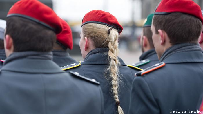 Deutschland Frauen bei der Bundeswehr Beförderungsappell in Dresden