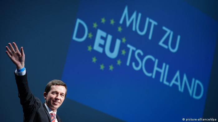 Bernd Lucke in front of Mut zu Deutschland slogan on a screen