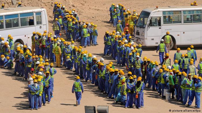 دستکم یک میلیون کارگر خارجی در شرایط نامناسب بهداشتی و تحت تبعیض در قطر به سر میبرند