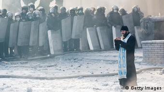 Ukraine Maidan in Kiew 25. Januar 2014 Priester CLOSE