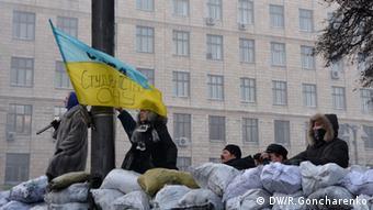 Women standing atop a barricade in Kyiv (C) DW/R. Goncharenko