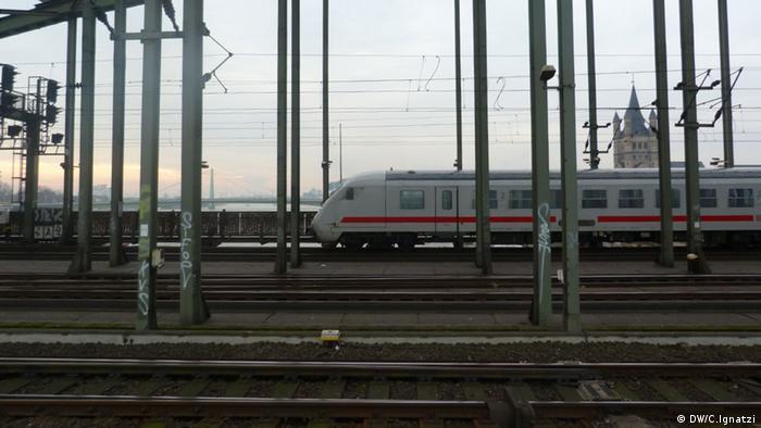 Zug fährt über die Hohenzollernbrücke in Köln (Foto: Christian Ignatzi / DW)