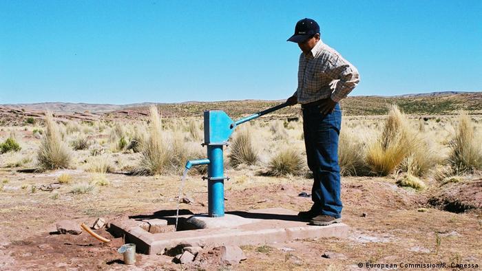 Un habitante de las altas llanuras bolivianas se surte de agua de un aljibe.