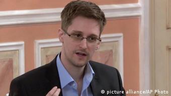 اسنودن اسنادی در مورد فعالیتهای جاسوسی آژانس امنیت ملی آمریکا را در اختیار رسانهها قرار داده است