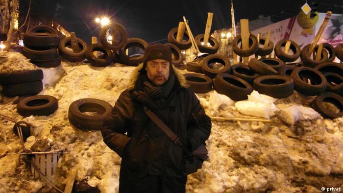 Kazimierz Wóycicki przed barykadą na Majdanie