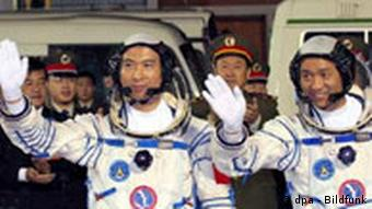 Chinese astronauts Fei Junlong (L) and Nie Haisheng wave as they walk to the launch tower at the Jiuquan Satellite Launch Center in northwest Gansu Province, Wednesday 12 October 2005. China successfully launched it's second manned space flight Shenzhou VI, early Wednesday, with Fei and Nie aboard. EPA/ChinaFotoPress +++(c) dpa - Bildfunk+++ Schlagworte China, Raumfahrt, Wissenschaft, Gestik, raumanzug, winken