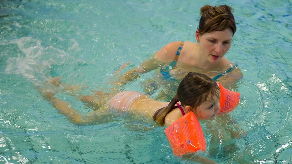 تعليم أطفالكم السباحة ينقذ حياتهم من الموت غرقا   DW   18.11.2014