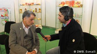 جواد نبوتی (چپ)، مدیرعامل شرکت مینو در گفتوگو با بامداد اسماعیلی