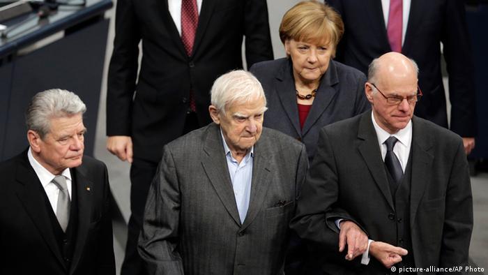 O sobrevivente do cerco a Leningrado, Daniil Granin (c), ao lado de Merkel (ao fundo) e Gauck (e)