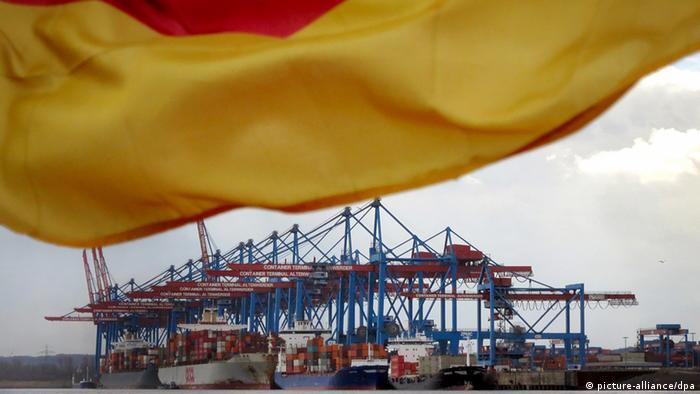 Погрузка товаров в порту Гамбурга на фоне немецкого флага