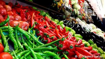 Различные виды овощей лежат на прилавке