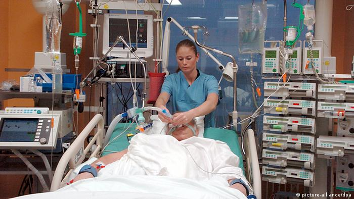Künstliches Koma hilft Patienten zu überleben (picture-alliance/dpa)