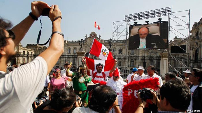 Peruanos assistem em um telão no centro de Lima a transmissão da decisão da CIJ