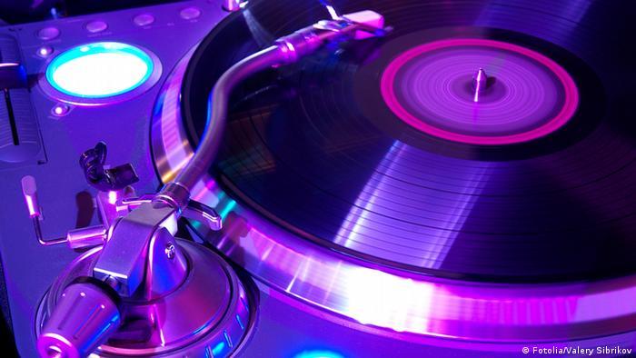 Symbolbild Tanzen Club Pop Musik Disko Plattenteller Turntables ausgehen