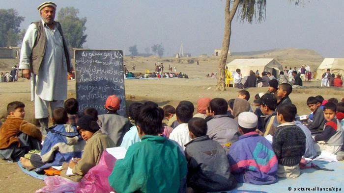 Unterricht unter freiem Himmel für afghanische Schulkinder (picture-alliance/dpa)