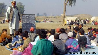 Unterricht unter freiem Himmel für afghanische Schulkinder
