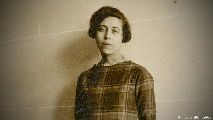 Тази книга е трябвало да постави началото на поредица от пет части. Историята обаче обърква плановете на родената в Украйна еврейка Ирен Немировски. През 1942 тя е арестувана близо до Париж и изпратена в Аушвиц-Биркенау, където умира по-късно. Ръкописът на нейната недовършена Френска сюита е открит от дъщеря ѝ през 1996. През 2004 книгата излиза във Франция.