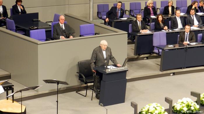 Даниил Гранин выступает на торжественной церемонии в бундестаге