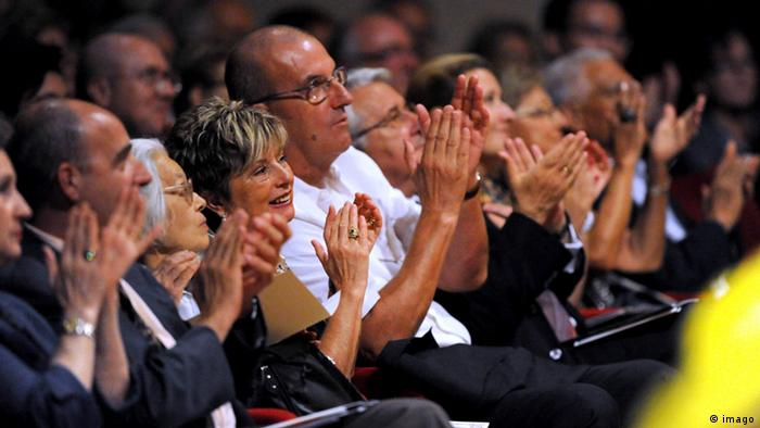 An audience cheers at the Verona Philharmonic (C) imago