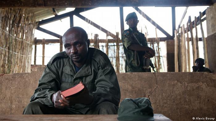 Der Mlizenführer General Janvier mit der Bibel in der Hand (Foto: Alexis Bouvy)