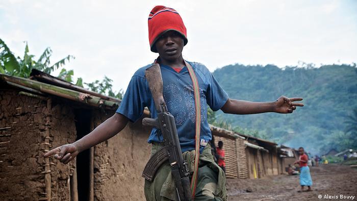 Junger Milizionär posiert vor Kamera (Foto: Alexis Bouvy)